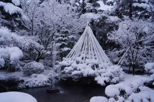 現存する日本最古と言われる噴水。 逆サイフォン方式で霞が池から落ち込んでいます。