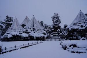 中央、日本武尊像。 左は西本願寺で右側は東本願寺の松。